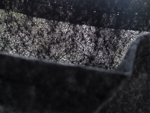 90g/m² Root Pouch Material - gegen das Licht fotografiert um die Struktur zu zeigen